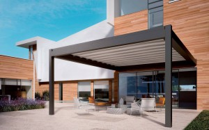 NOMO è stata messa a punto per risolvere qualsiasi esigenza di protezione solare in modo discreto ed elegante. Produzione Pratic