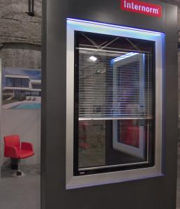Stand - Finestra in PVC-alluminio KV440 con oscuramento - vista lato esterno