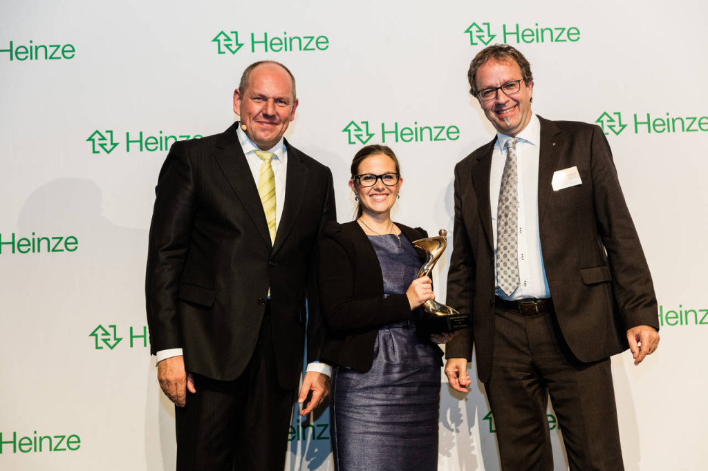 Jörg Kreuder (Direzione - Heinze) assegna a Jörg Egener (Ufficio Consulenza Architetti - Hörmann) e a Lisa Modest (Comunicazione e Marketing - Hörmann) l'oro per la categoria Portoni. Hörmann ha anche ottenuto il bronzo nella categoria Protezione antincendio. Foto: Roman Thomas Fotografie