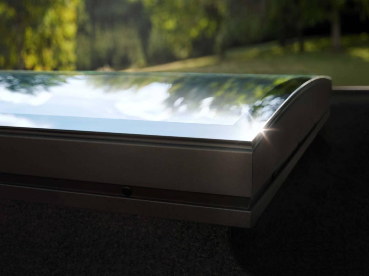 Finestra per tetti piani velux con tecnologia curvetech for Velux tetto piano