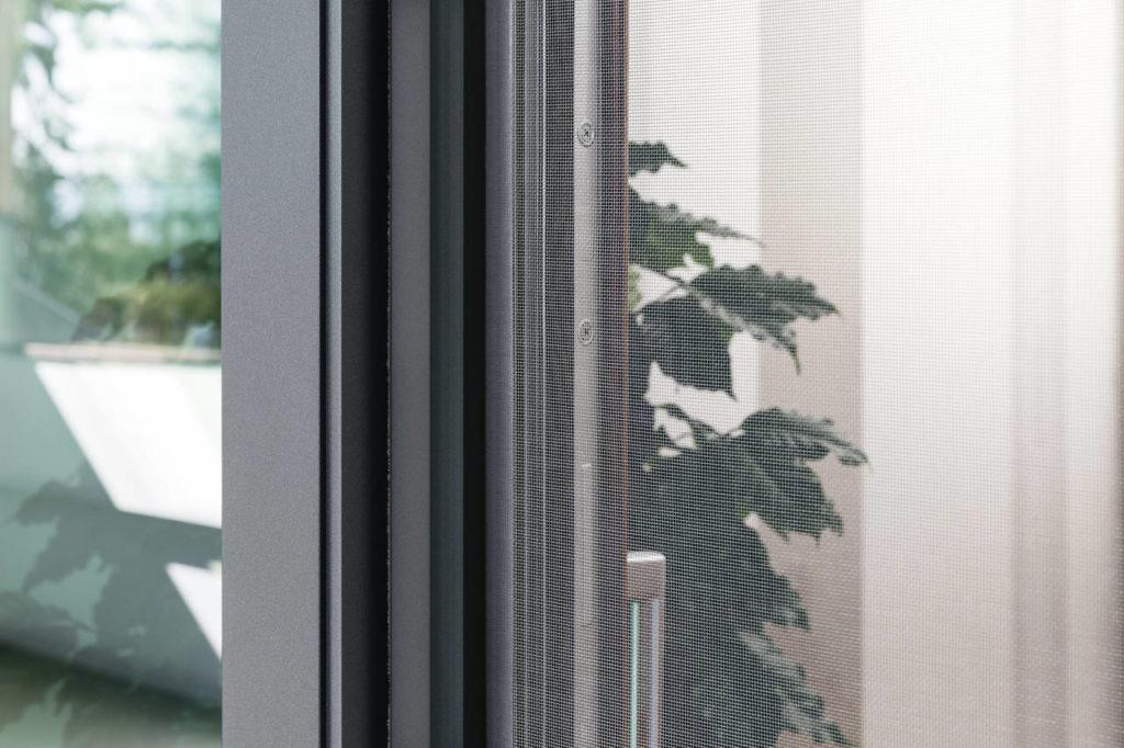 Zanzariere finstral modelli in tinta con il serramento - Chiudere la porta grazie ...