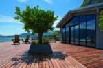 Grandi vetrate: geometrie decise con stile minimale per la villa Breakwater